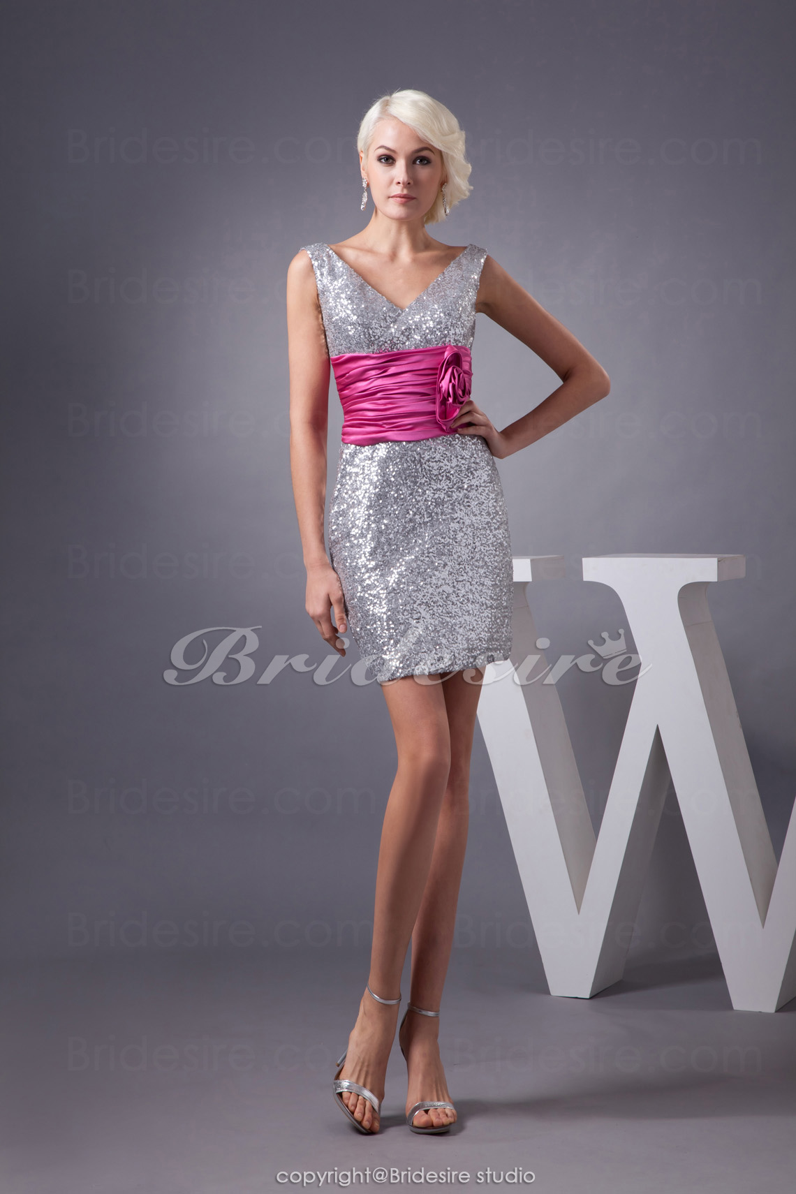 1785f3e9686e75 Bridesire - Schede Kolom V-hals Korte broek   Mini Mouwloos Lovertjes  Stretch Satijn Kleding  BD4933  - €83.56   Bridesire