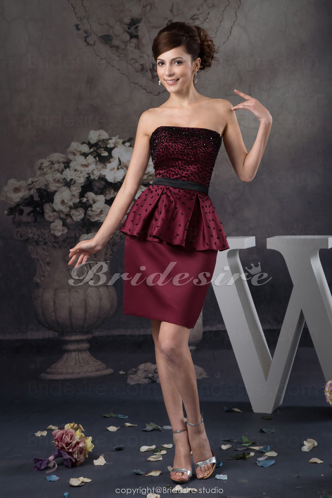 f2f38f1425d972 Bridesire - Schede Kolom Strapless Korte broek   Mini Mouwloos Satijn  Kleding  BD41021  - €77.06   Bridesire